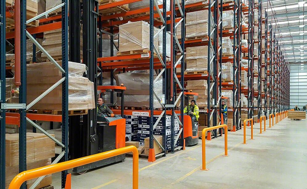 Um armazém com estantes convencionais resolve a logística resultado da união de dois lideres do setor mobiliário do interior do Reino Unido