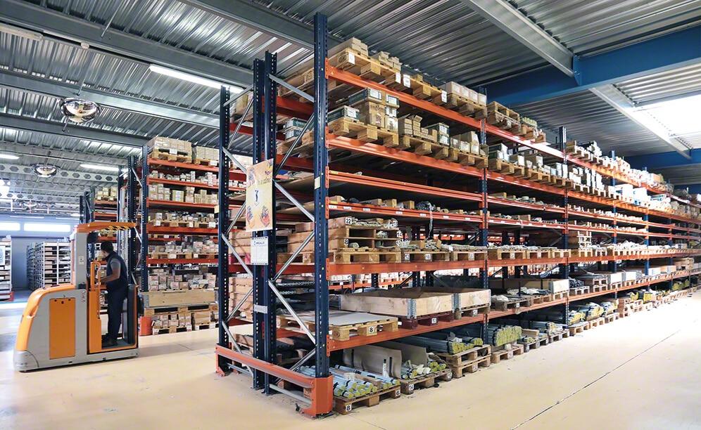 Estantes convencionais, compactas, móveis, para paletes e para picking convivem no armazém de Aviñón de Siciété Provençale de Boulonnerie (SPB), proporcionando  uma ótima distribuição de sua grande variedade de produtos