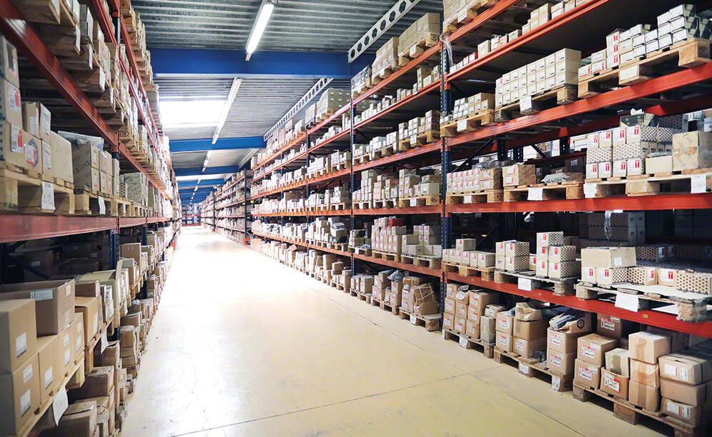 Nas estantes convencionais e de picking os pedidos são preparados diretamente do palete ou das caixas depositadas nas prateleiras