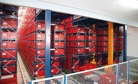 O armazém automático miniload é formado por catorze lineares de estantes com sete transelevadores