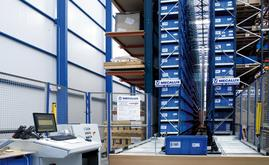 O armazém miniload está destinado a armazenar peças de reposição de pequenas dimensões