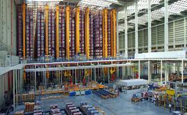 O espaço de armazenagem está totalmente automatizado com 10 transelevadores bicoluna