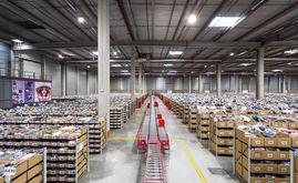 Armazém 1 possui uma capacidade de armazenamento para mais de 145.000 caixas destinadas a sapatos, roupa dobrada, bolsas, etc.