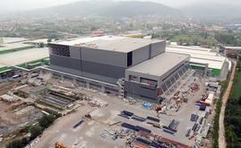 O armazém autoportante de Hayat Kimya em construção. Para a estrutura autoportante foram utilizadas 10.000 toneladas de aço