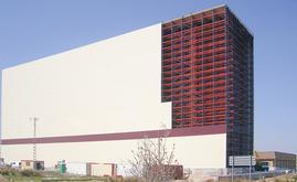 O armazém da Delaviuda, com 101 m de comprimento e 42 m de altura, tem uma capacidade de armazenamento para mais de 22.100 paletes