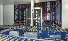 O armazém automatizado é constituído por três corredores de armazenamento com estantes de profundidade dupla