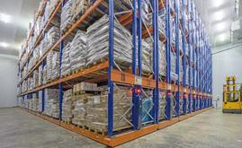 O armazém conta com 16 estantes duplas móveis Movirak, de aproximadamente 11 m de altura e 29 m de comprimento