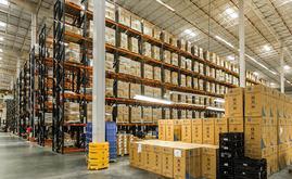Foram acondicionadas quatro áreas com estantes convencionais que ocupam mais da metade da superfície do centro de distribuição