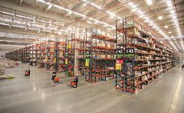 Na parte central do armazém da SMU se encontra o enorme bloco com 32 corredores de estantes de paletização convencional