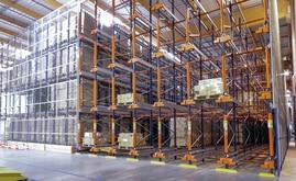 A Mecalux forneceu seis blocos de estantes compactas de 10 m de altura com capacidade para mais de 3.700 paletes