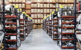 O armazém composto por estantes de paletização convencional, estantes de caixas para picking e um circuito de transportadores
