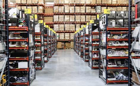 Um completo circuito de transportadores agiliza a preparação de pedidos de uma empresa de e-commerce