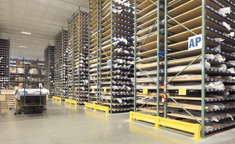 Uma solução especial de estantes convencionais resolve a armazenagem e manipulação de rolos de tecido
