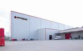 Este armazém autoportante, de 26 m de comprimento e 22,2 m de altura, dispõe de dois corredores de profundidade simples e dupla que lhe proporcionam uma capacidade de armazenamento de mais de 2.300 paletes
