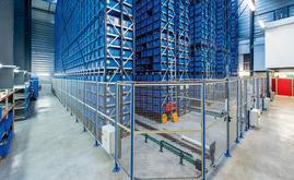 Um armazém miniload permitindo armazenar um total de 15.872 eurocaixas de plástico