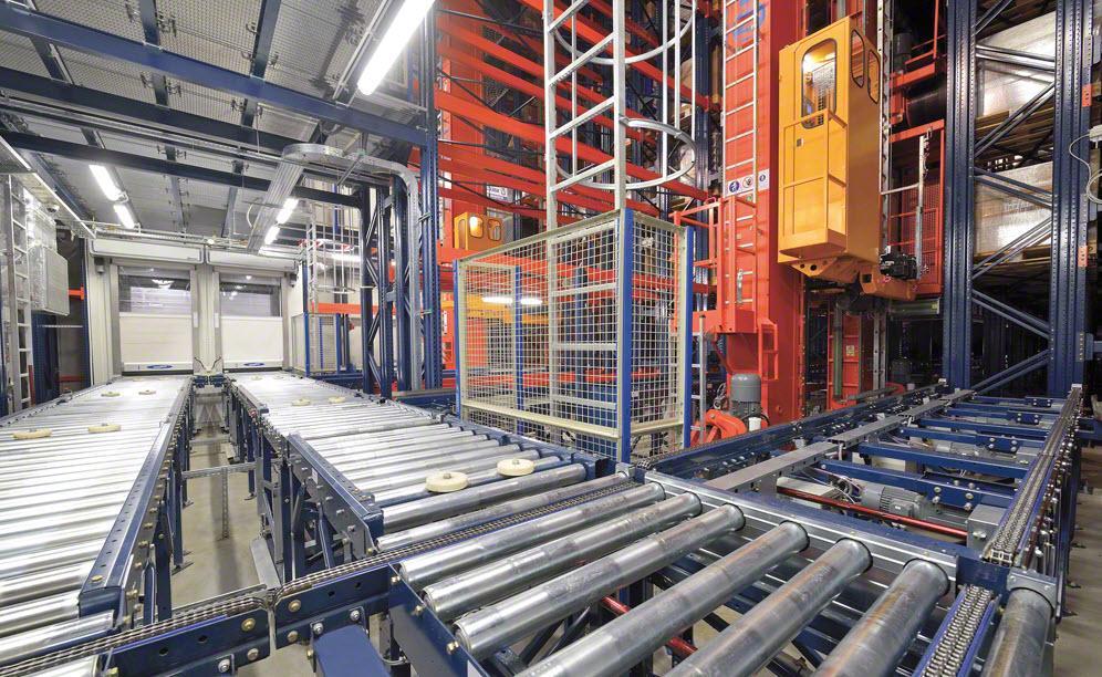 A ligação com o interior do armazém é realizada através de um circuito duplo de transportadores (entrada e saída)