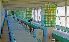 O armazém está interligado à fábrica graças a um túnel elevado de 100 m de comprimento equipado com transportadores de roletes