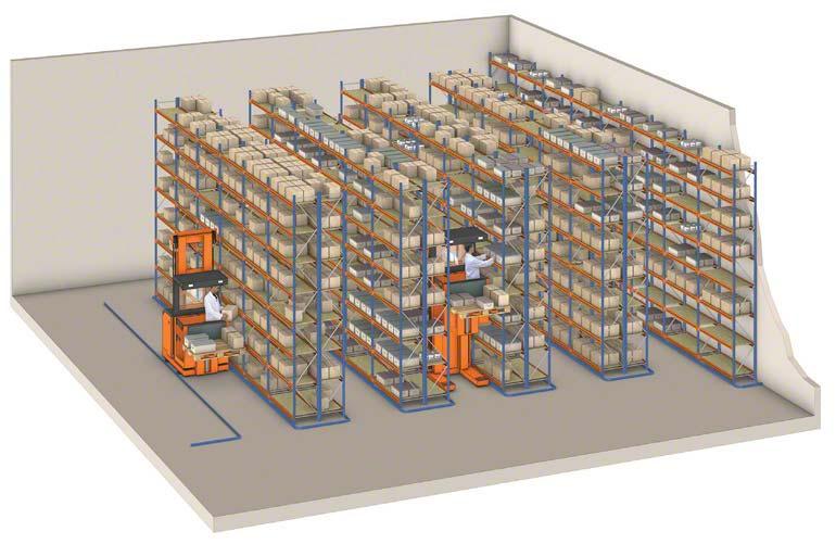 Selecionadoras operando em um armazém com estantes convencionais