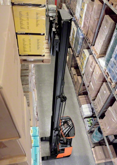 As empilhadeiras retráteis são as mais usadas para trabalhar dentro dos armazéns.
