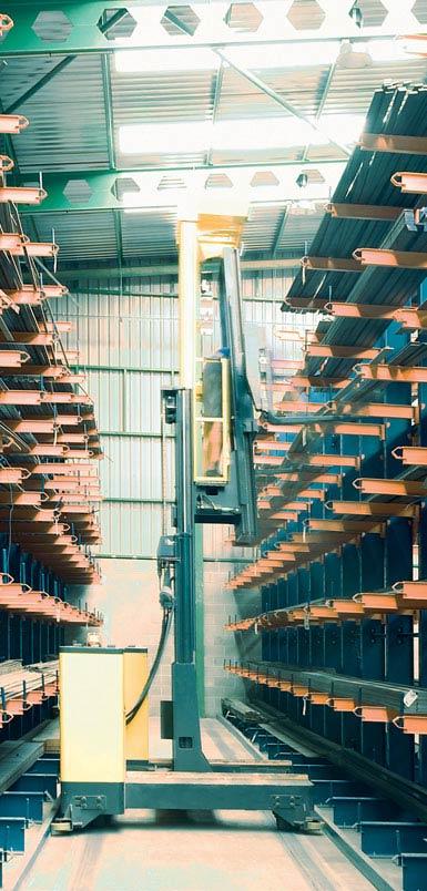 Imagen de  una carretilla retráctil de carga lateral en un  almacén  de perfiles metálicos.