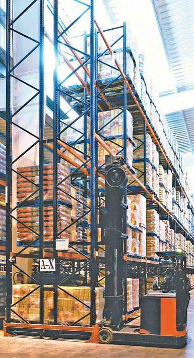 Imagem de uma empilhadeira retrátil de dupla profundidade utilizada em um armazém de produtos alimentícios de grande consumo