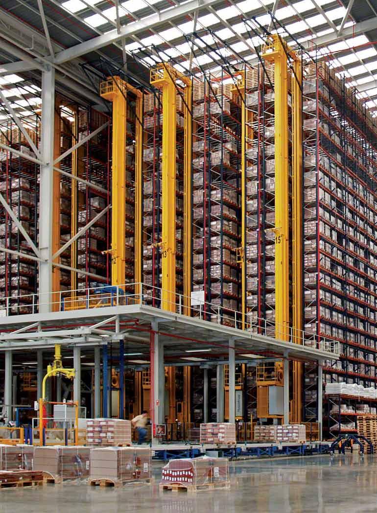 Dentro do galpão para produção e venda de produtos cerâmicos destinados à construção.