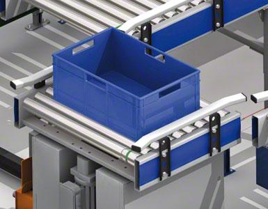 As caixas se movimentam pelo transportador de roletes