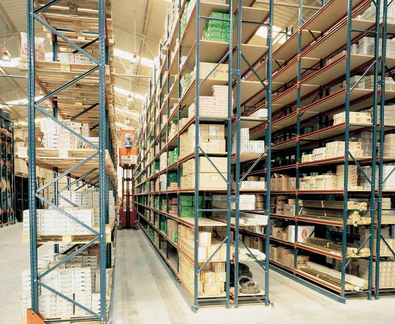 Armazém para caixas soltas sobre estantes com selecionadora de pedidos