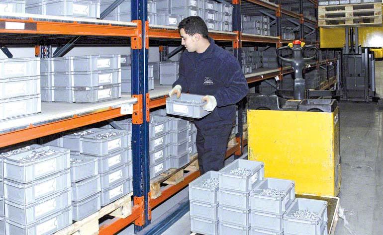 Operador realizando tarefas de picking diretamente sobre os paletes