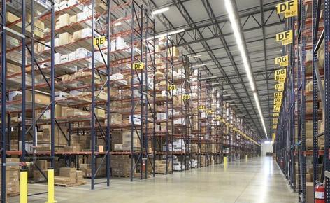 Estantes convencionais para paletes resolvem os problemas de espaço da atacadista de roupas SanMar em seu centro de distribuição de Dallas