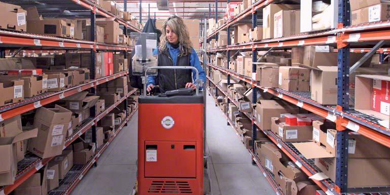 Operária realizando tarefas de picking montada em uma máquina selecionadora