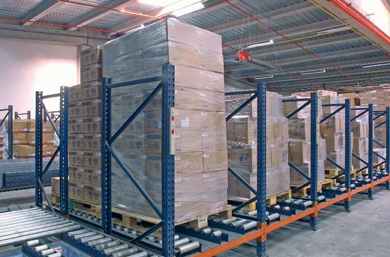 Distribuição de paletes sobre transportadores de roletes.
