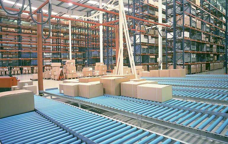 A imagem mostra a zona de preparação de pedidos de um armazém dedicado a material hidráulico e complementos para o banheiro.