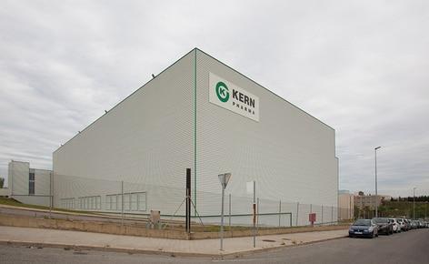 O laboratório farmacêutico Kern Pharma constrói um armazém autoportante automático que combina transelevadores para paletes e para caixas