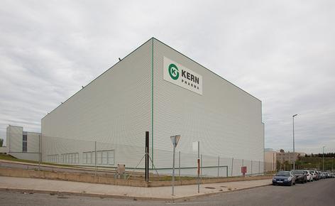 A Mecalux construiu um novo armazém autoportante de 2.400 m² que mede 26 m de altura e 84 m de comprimento