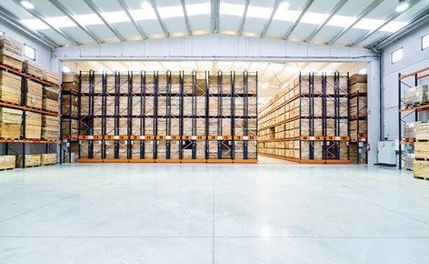 A combinação de dois sistemas de armazenagem possibilita o máximo aproveitamento do espaço  e a ótima organização das conservas de Connorsa em função da sua rotatividade