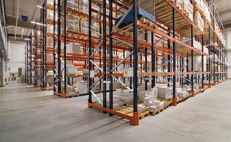 A Mecalux instalou as estantes de paletização convencional, que oferecem acesso direto à mercadoria e dispõem de uma capacidade de armazenamento para 10.906 paletes