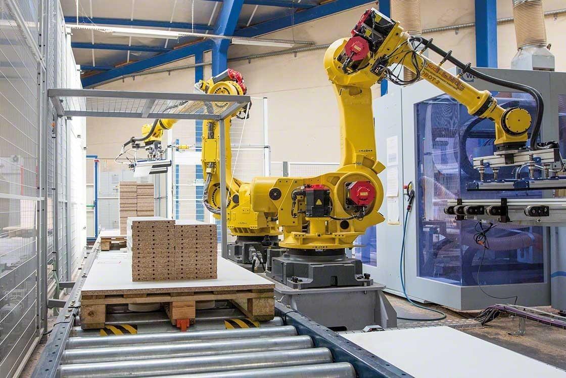 Os braços mecanizados fazem a paletização em um armazém robótico
