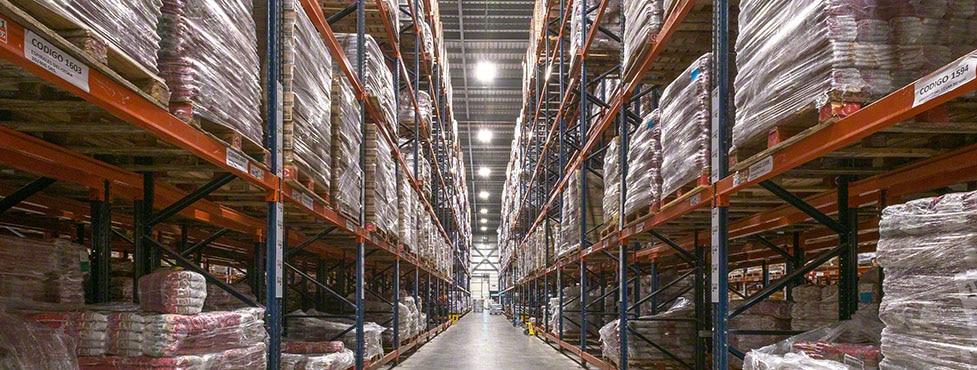 Produtos de limpeza e alimentação no novo armazém da César Iglesias