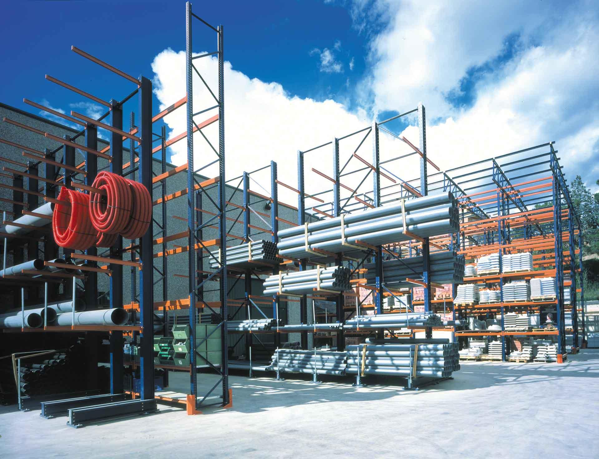 As estantes cantilever são amplamente utilizadas na armazenagem externa industrial