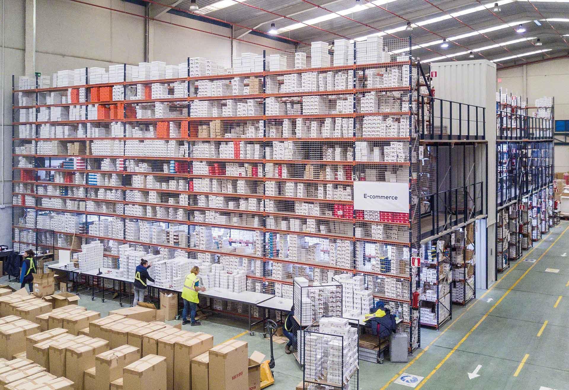 Mezaninos entre estantes permitem otimizar o espaço no armazém