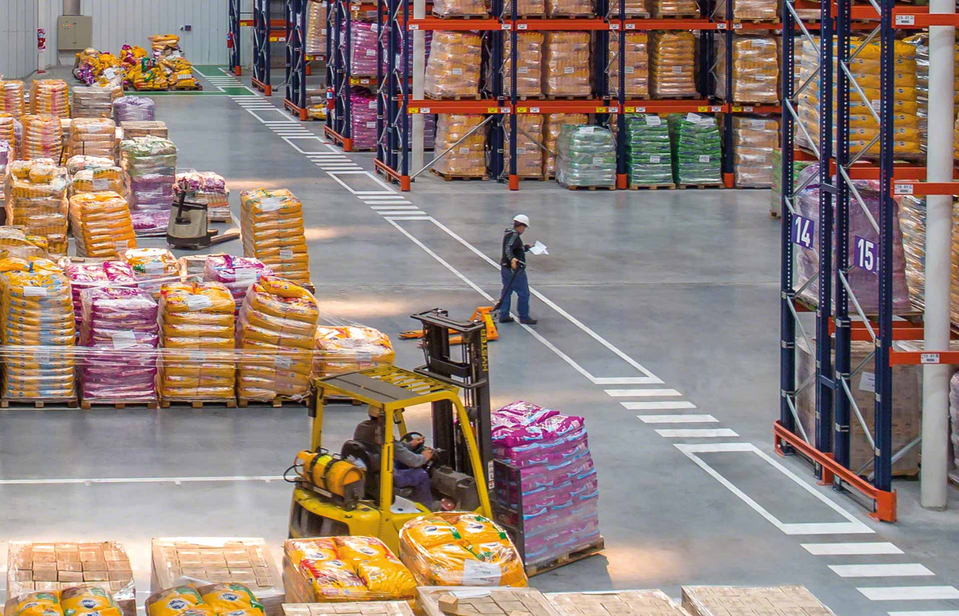 Um operador coordena as operações como parte da logística de distribuição